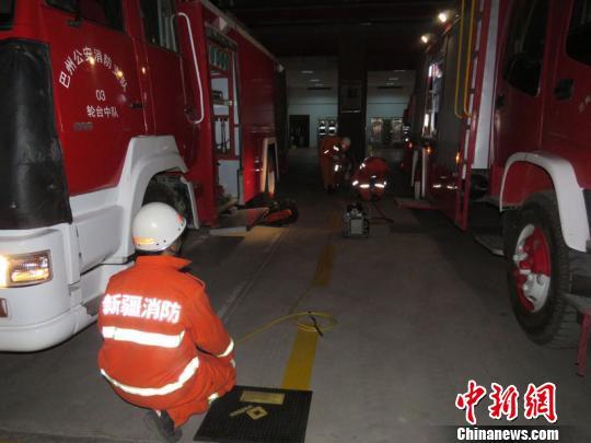 地震发生后,轮台县公安消防大队立即启动地震救援应急预案,集结救援力量,加强第一出动,整装待发,随时准备出动。 侯东玉 摄