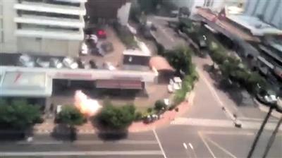 14日,雅加达发生多起爆炸,图为爆炸现场腾起浓烟。图/CFP