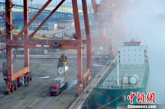 材料图:集装箱船埠上等候装运的集装箱货柜。胡雁 摄