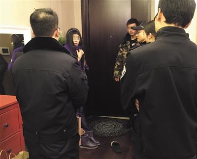该女粉丝在接受警方的问询。