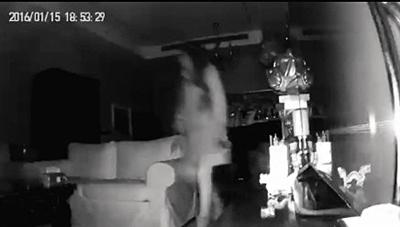 1月15日,一名女粉丝闯入北京某小区的一赵姓男歌手家中,裸身在其家中浴缸泡澡并使用赵某的浴巾、拖鞋等物品。视频截图