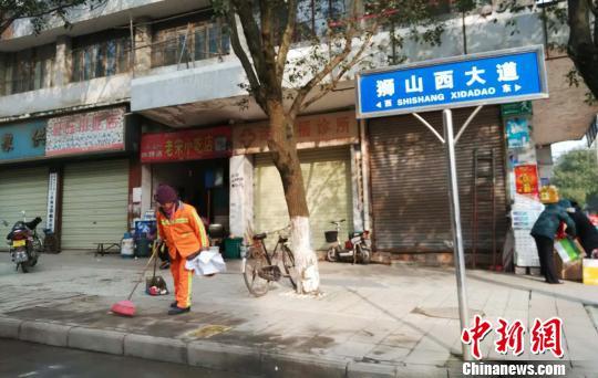 江西省宜春市奉新县狮山西大道发生一起重大交通事故,环卫工人正在清理事故现场。 钟欣 摄