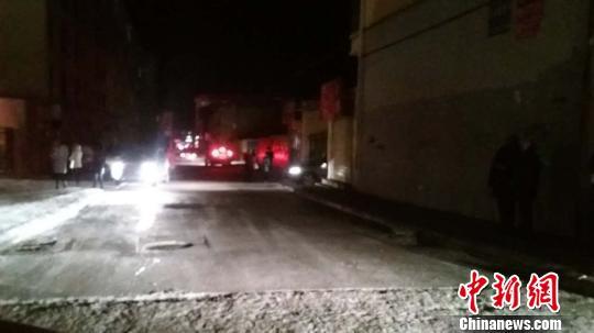 图为地震发生后门源县民众跑出屋内躲避。 马龙 摄