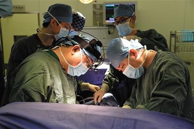 """在京津冀医疗协同发展过程中,北京大医院的多台手术,成了三地医生共同学习、提高的""""战场""""。 本版图片/北京市卫生计生委提供"""