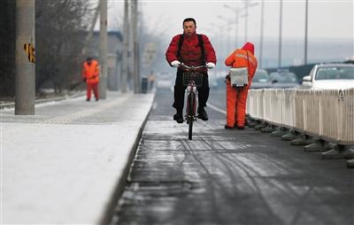昨日,北京会议中心,市人大代表任素永骑着公租自行车到驻地报到,他9时20分从东四出发,10时35分到达。新京报记者 薛珺 摄