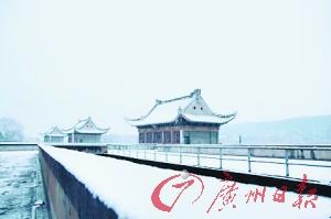 寒流杀到 武汉:飞雪漂荡 昨天,寒流给武汉带来了降雪。网友江海丶For摄