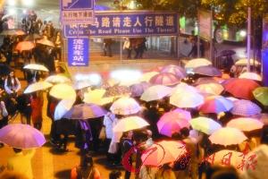 广州火车站地铁口,雨遮雄师涌进地铁。广州日报记者高鹤涛摄