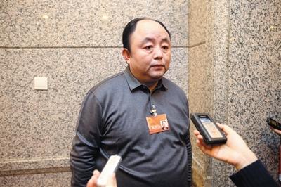 昨天,市人大代表、通州戋戋长岳鹏承受记者采访。 新京报记者王贵彬 摄