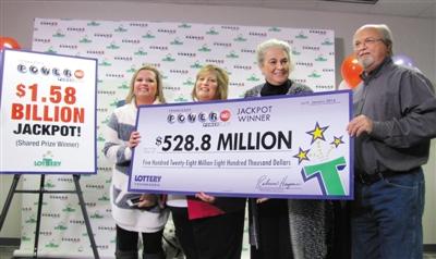 1月15日,美国强力球彩票头奖取得者约翰・鲁滨逊一家公布现身,支付5.28亿美圆的大奖。 图/IC