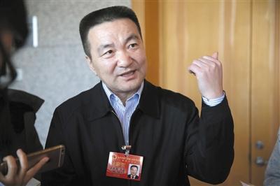 昨日,北京市人大代表、平谷区区委书记王成国接受记者采访。新京报记者 薛珺 摄
