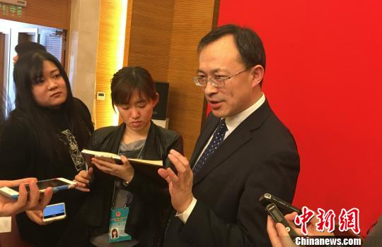 24日,北京市当局提请市十四届人大四次集会审议关于《北京市居野生老效劳章程》施行状况的陈述。当天,市人代会举办新闻公布会,北京市民政局、市住建委等担任人引见北京养老效劳关联状况。图为北京市民政局副局长李红兵承受记者采访。 曾鼐 摄