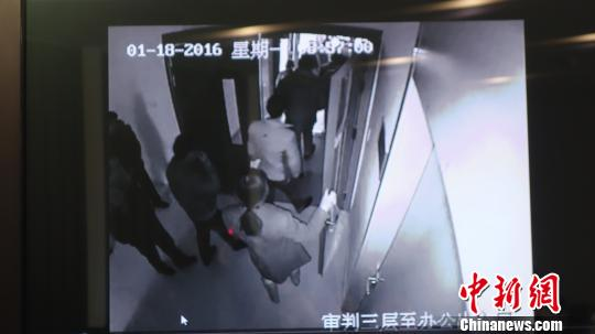 图为当事人冲击省高法办公区。 视频截图 摄