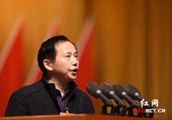 湖南省政協委員羅會鈞作《將思想政治教育情況作為高校教師晉升依據》大會發言。