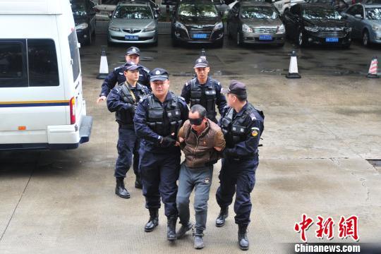 专案组将犯罪嫌疑人刘纪平押解回广东 陈骥旻 摄