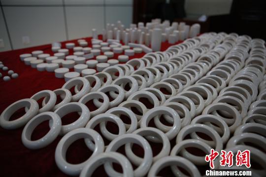绥芬河海关查获象牙手镯287个、象牙圆柱体76个、象牙珠子22颗、象牙印章料26个,涉案象牙制品共39.11公斤。 骞壮 高运波 摄