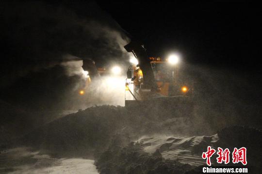 29日晚,国道3015线、省道201线新疆玛依塔斯风区路段遭9级大风袭击,并伴随风吹雪,致途经该路段的89名旅客和33辆车被困,玛依塔斯应急保障基地的工作人员奋力施救4小时后,于29日22:00许全部转移到安全地带,无一人滞留。 李小华 摄