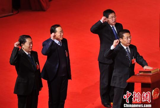 山西省人大常委会新当选人员向宪法宣誓。 记者韦亮 摄