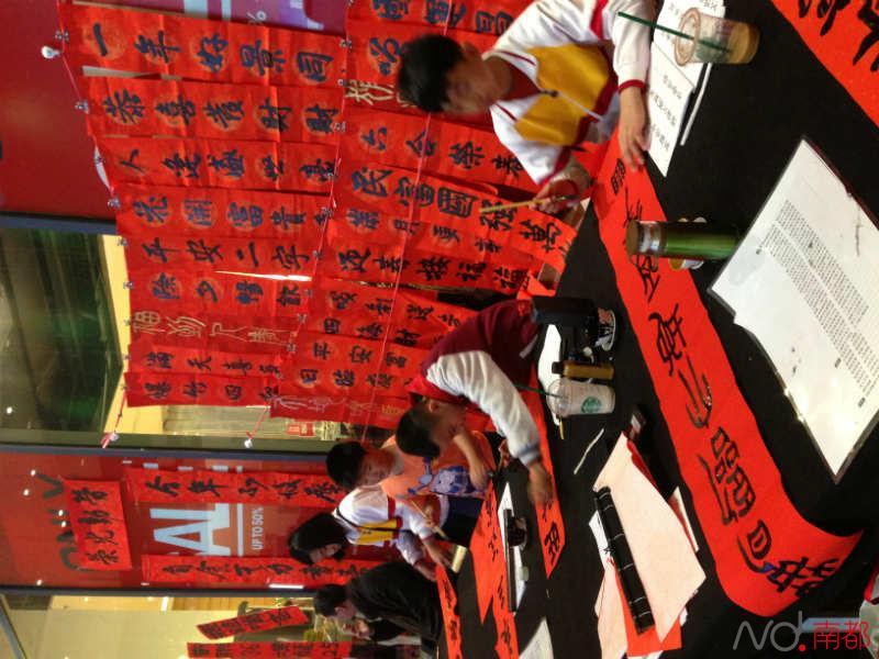 今年不收压岁钱珠海小学生摆摊卖板报_新浪小学六一节春联图片