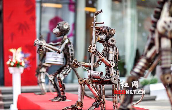 于红梅二胡独奏天路曲谱-百猴机械雕塑 大闹 长沙梅溪湖 上演 大圣归来