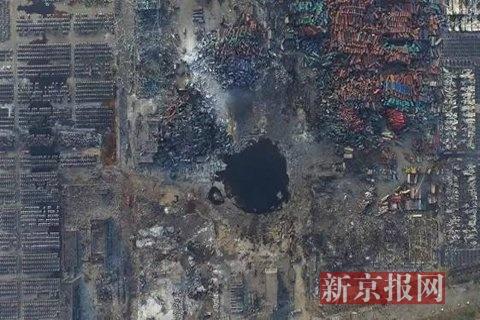 2015年8月16日,500米高空拍摄爆炸事故现场,爆炸点的水坑呈黑色。新京报首席记者 陈杰 摄
