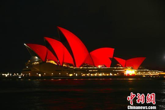 悉尼歌剧院贝壳状外观亮红贺岁。 李弘扬 摄