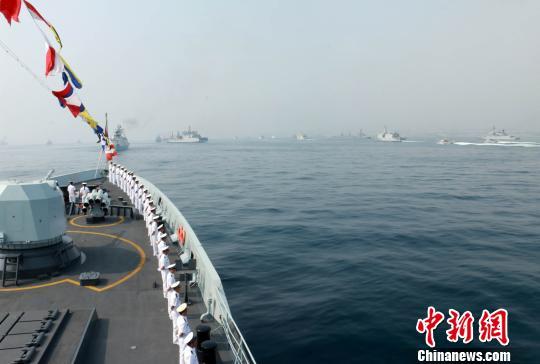 中国海军柳州舰官兵在甲板上列队,接受检阅。 邹亮 摄