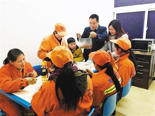环卫工人吃上市民送来的年夜饭。受访者供图