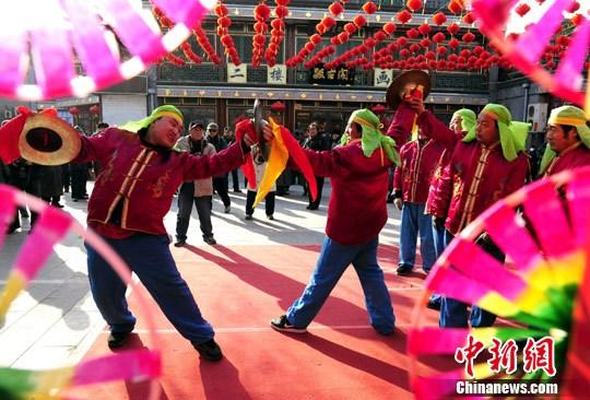 2012年1月26日,中国农历龙年正月初四,北京厂甸庙会上民间文艺家的民俗表演吸引众多市民。中新社发 张勤 摄