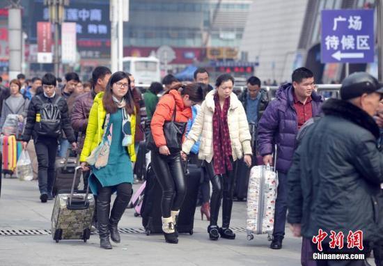 2月12日,中国各地迎来返程客流高峰。 中新社记者 张畅 摄