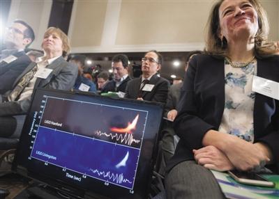 在美国首都华盛顿举行的新闻发布会上,屏幕上显示出探测到的引力波。图/CFP