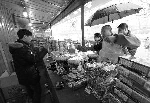 昨天是本市五环内烟花爆竹零售的最后一天,摊主纷纷减价甩卖。