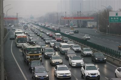 昨日下午3时许,京藏高速西三旗进京方向车辆行驶缓慢。今明两天,高速公路将迎来返京客流高峰。新京报记者 侯少卿 摄