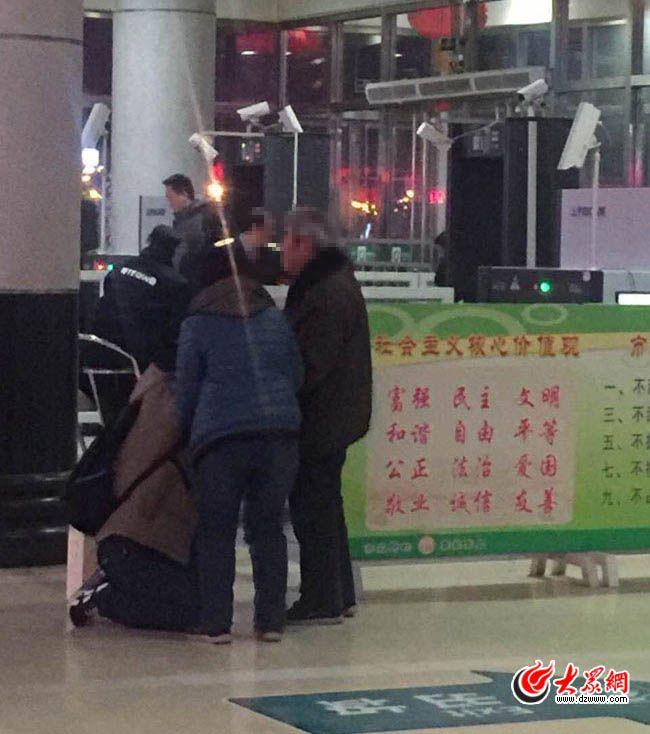 淄博车站跪别男子澄清真相 望勿再炒作打扰