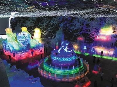 昨日,延庆龙庆峡冰灯艺术节多种蕴含冬奥元素的冰雕吸引游客观赏。新京报记者 吴振鹏 摄