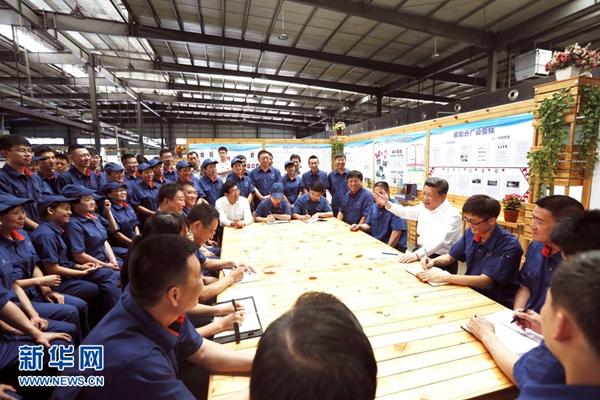 2015年7月17日,习近平在吉林东北工业集团长春一东离合器股份有限公司的车间班组园地同职工座谈。新华社记者 鞠鹏 摄