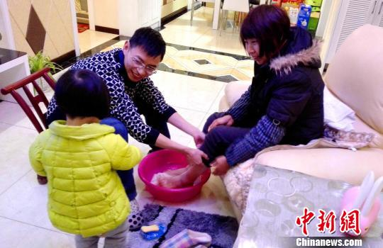 一名干部在家为母亲洗脚 王元奎 摄