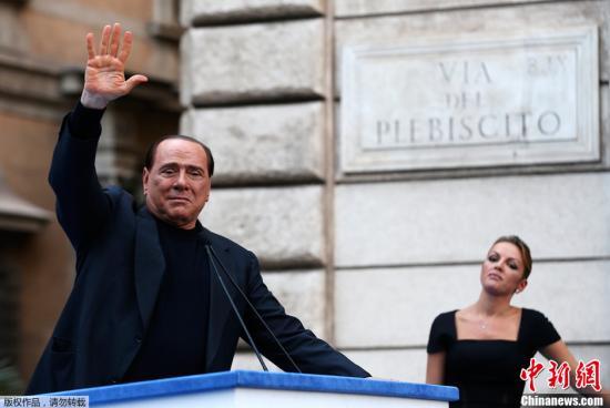 资料图:当地时间2013年8月3日报道,意大利罗马,意大利前总理贝卢斯科尼涉及旗下公司税务诈欺案,最高法院判刑4年。图为8月4日,贝卢斯科尼在抗议其欺诈案定罪的游行集会中。