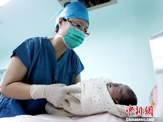 40岁高龄的李密斯又生下一个猴宝宝。 刘婷婷 摄