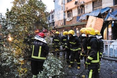 昨日下午,江西萍乡市一栋六层楼房的四、五、六层发生部分坍塌,涉及6户,造成1死1伤。消防人员在事发现场清理。 新华社记者 宋振平 摄