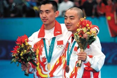 """2000年""""涉药""""澄清后,刘国梁(右)剃光头参加奥运会。"""