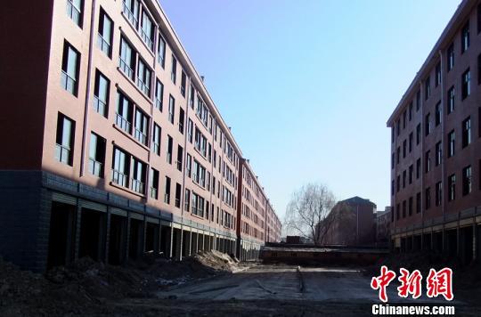 """马家养殖场夹在""""豫东商贸城""""房子中间。 吴扬 摄"""