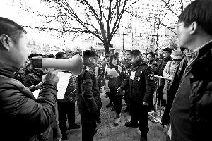 管理部门特意通知了不同户型轮候家庭分时段到选房现场,并提前下发了号码,省去了居民排队等候的时间。北京晨报记者 李木易/摄