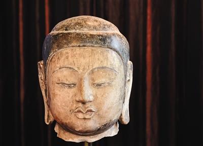 昨日,被盗的佛首在国博展出。