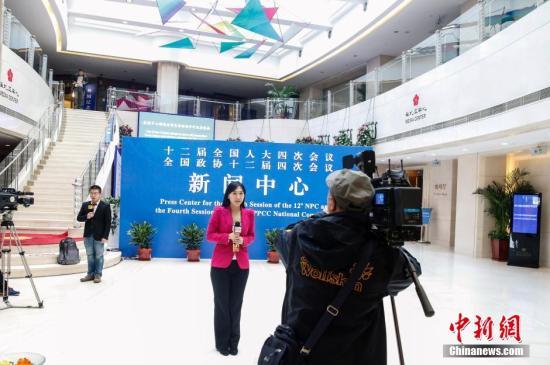 3月2日,记者在正式运行的全国两会新闻中心进行报道。中新社记者 张浩 摄