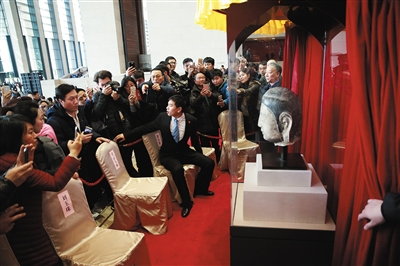 """昨日,被盗的佛首在国博展出。上世纪90年代在河北被盗的北齐佛首回归,与佛身""""合璧""""在国博展出,之后将永久藏入河北博物院。本版摄影/新京报记者 浦峰"""