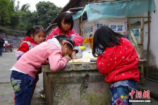 广西乡村陪读 留守白叟陪孩儿一同上学。 朱柳融 摄
