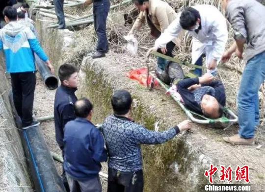 3女子疑似一氧化碳中毒,警民存亡营救。 余炫 摄