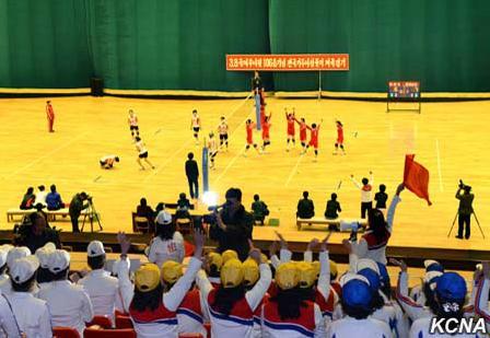 据报道,来自平壤市和各道的360多名选手前来参加排球、乒乓球、跆拳道、尤茨游戏等各种体育游戏娱乐比赛。