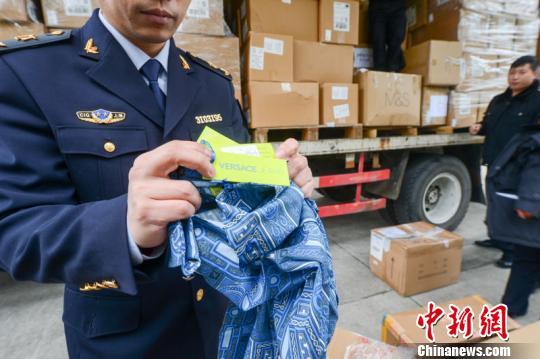 上海国检局10日集中销毁234批次12.3万余件不合格进口服装,重达3853千克,其中不乏BOSS、VERSACEJEANS等知名品牌。 芊烨 摄