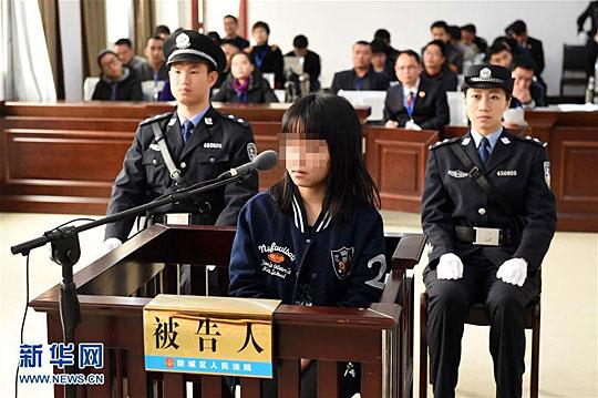 1月13日,被告人杨彩兰在广西防城港市防城区人民法院刑事审判庭接受法庭审判。 新华社记者 周华 摄 图片来源:新华网